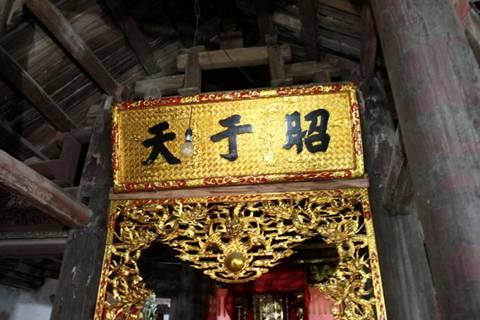 Hoành phi câu đối ở điện Long Hưng . Image028