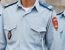 شرطي ينزع زيه النظامي وسط إدارته بالناظور Police10