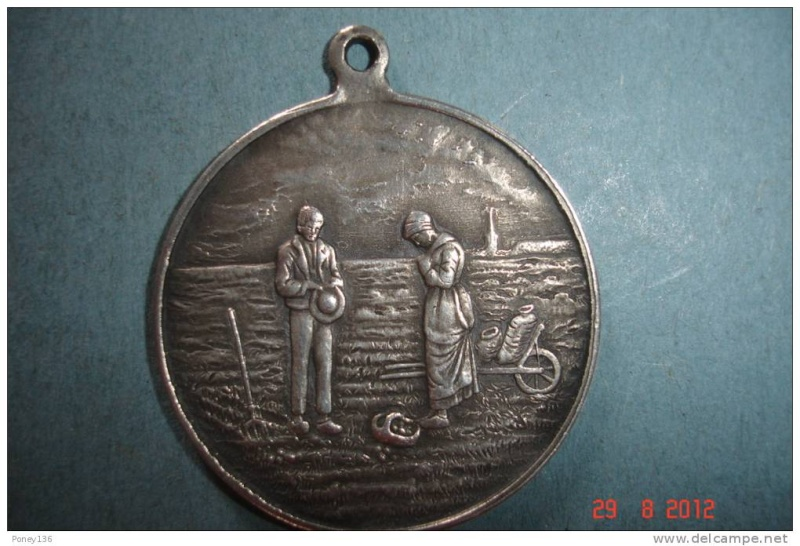 Médaille représentant le tableau de l'Angelus de Millet Hanger10