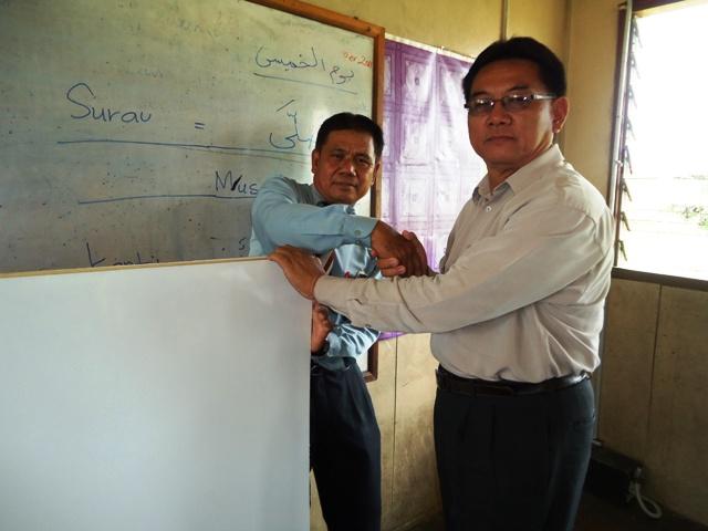 Sumbangan fomeca (white board) oleh Cikgu Lansu Manjin -8sept2011) Dsc06320
