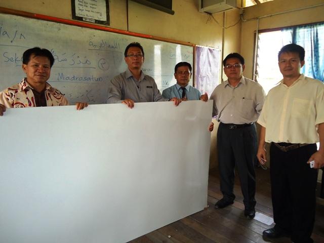 Sumbangan fomeca (white board) oleh Cikgu Lansu Manjin -8sept2011) Dsc06321