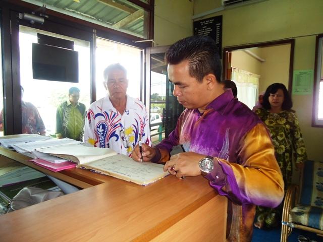 Majlis penyampaian bantuan 'one off' & e-Kasih -14april2012 - Page 2 Dsc09426