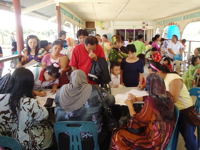 Majlis penyampaian bantuan 'one off' & e-Kasih -14april2012 - Page 2 Dsc09522