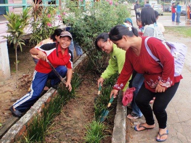 Gotong-royong membersihkan sekolah -11feb2012 P2113510