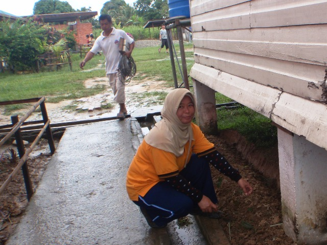 Gotong-royong membersihkan sekolah -11feb2012 P2113511