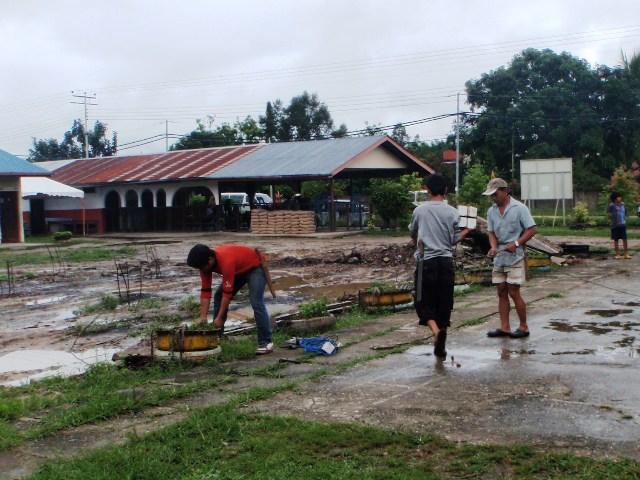 Gotong-royong membersihkan sekolah -11feb2012 P2113512