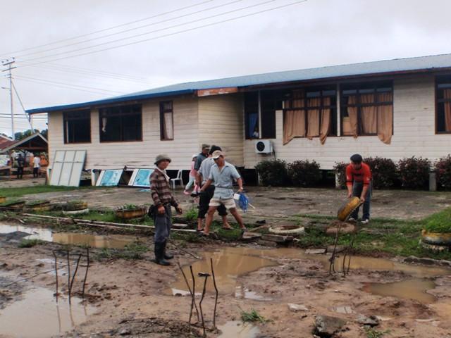 Gotong-royong membersihkan sekolah -11feb2012 P2113513
