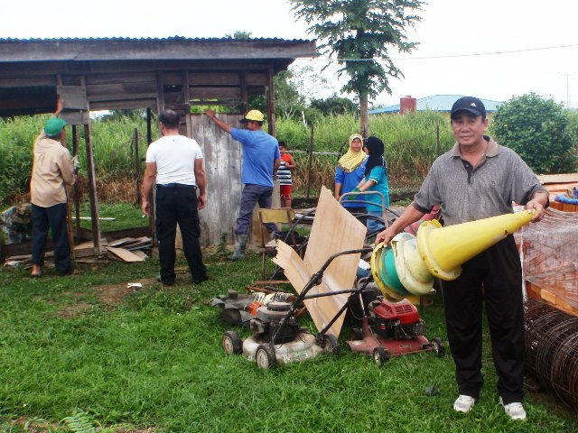 Gotong-royong membersihkan sekolah -11feb2012 P2113514