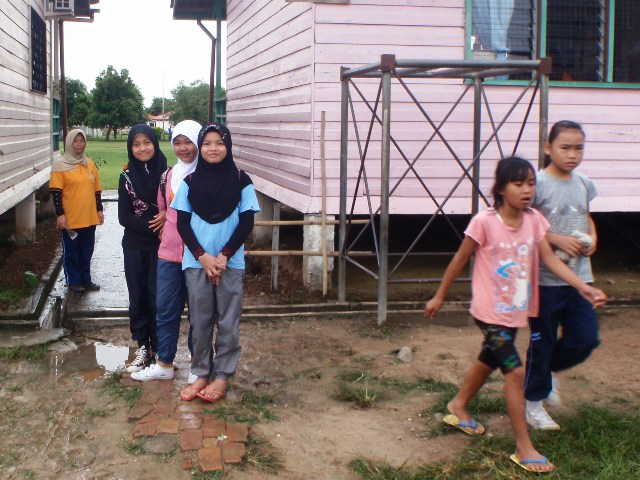 Gotong-royong membersihkan sekolah -11feb2012 P2113515