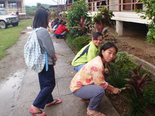 Gotong-royong membersihkan sekolah -11feb2012 P2113516