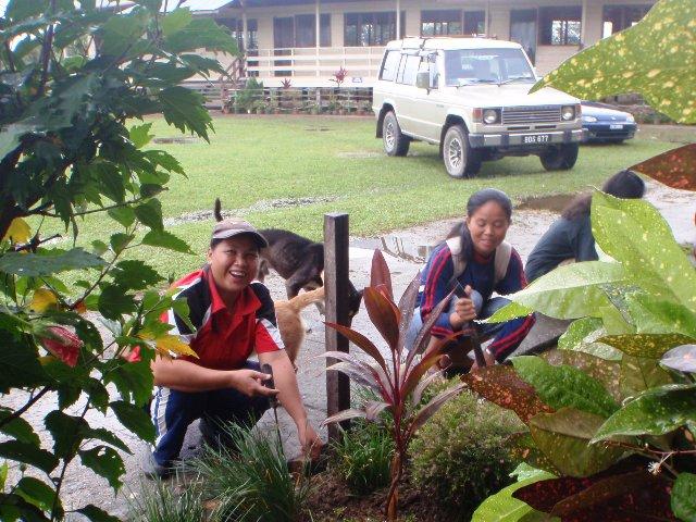 Gotong-royong membersihkan sekolah -11feb2012 P2113517
