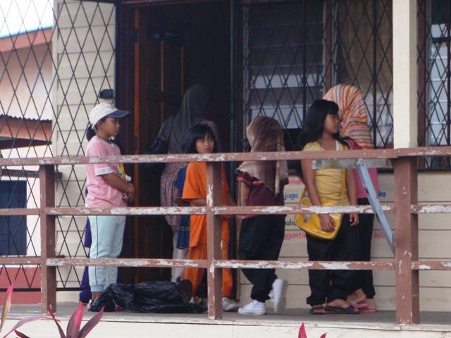 Gotong-royong membersihkan sekolah -11feb2012 P2113615