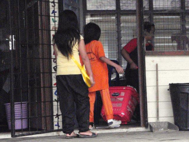 Gotong-royong membersihkan sekolah -11feb2012 P2113616