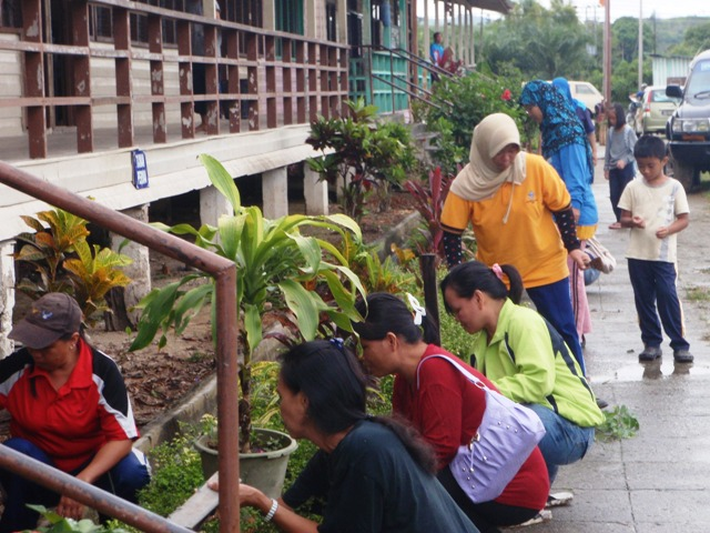 Gotong-royong membersihkan sekolah -11feb2012 P2113617