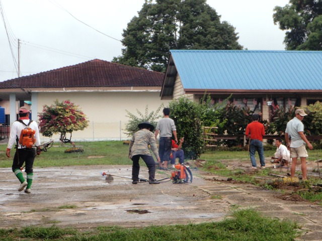 Gotong-royong membersihkan sekolah -11feb2012 P2113620