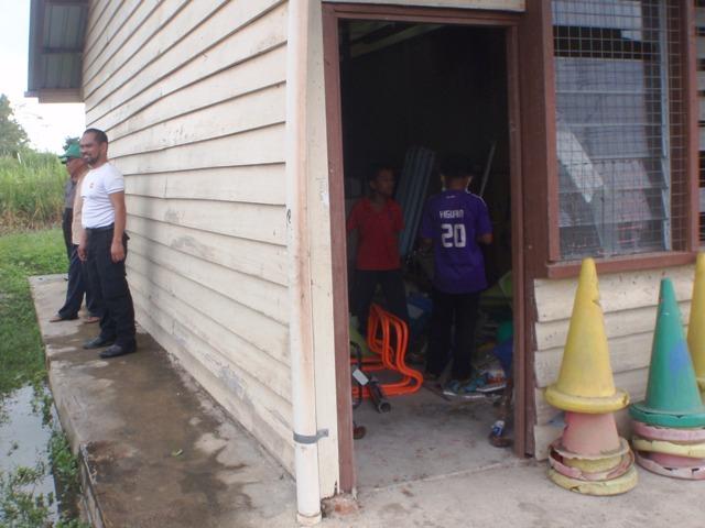 Gotong-royong membersihkan sekolah -11feb2012 - Page 2 P2113626