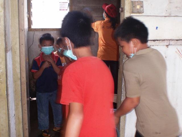 Gotong-royong membersihkan sekolah -11feb2012 - Page 2 P2113628