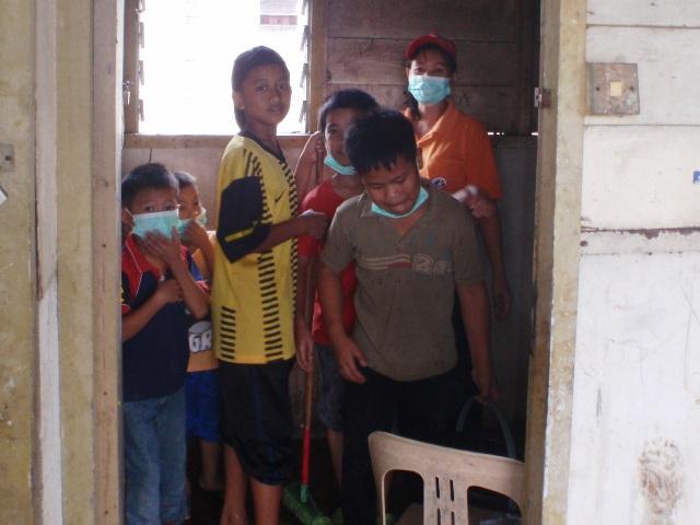 Gotong-royong membersihkan sekolah -11feb2012 - Page 2 P2113629