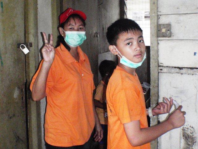 Gotong-royong membersihkan sekolah -11feb2012 - Page 2 P2113630