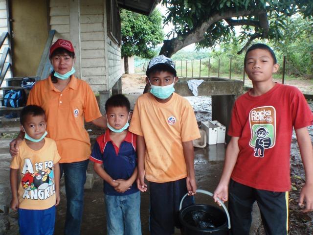 Gotong-royong membersihkan sekolah -11feb2012 - Page 2 P2113631