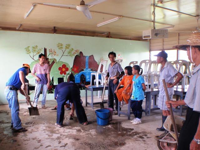 Gotong-royong membersihkan sekolah -11feb2012 - Page 2 P2113644