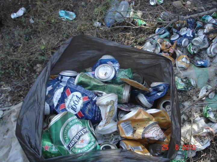 Volontariat  a Aokas . Sur un axe de 500 mètres: 125 grands sacs remplis de bouteilles de bière Bie10