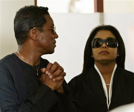 [13 Giugno 2005]:Michael Jackson INNOCENT....11 anni fa!! - Pagina 2 11_01010