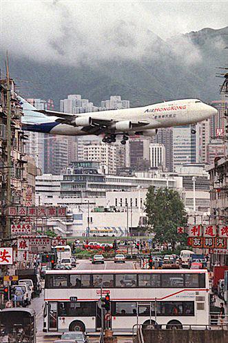 Ces aéroports qui font peur... Hong_k11