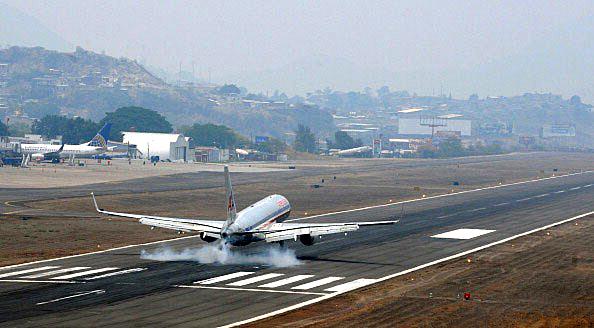 Ces aéroports qui font peur... Taguci11