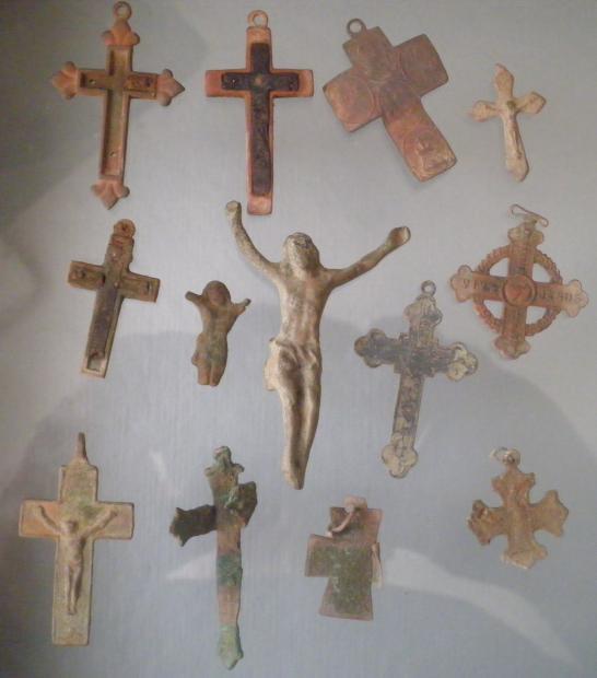 Médailles et crucifix en métal cuivreux Crucif13