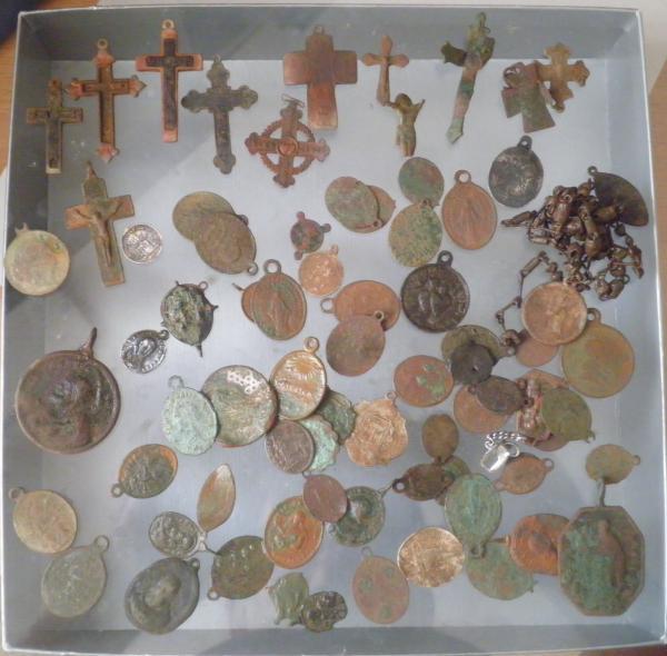 Médailles et crucifix en métal cuivreux Madail18