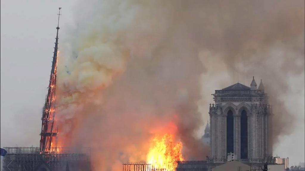 La flèche de la cathedrale de Paris vient de s'effondrer. Notre-10