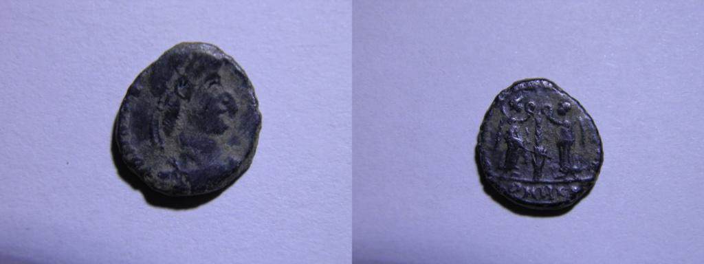 AE4 de Constancio II. VICTORIAE DD AVGGQ NN. Dos Victorias enfrentadas. Arles. P1220711
