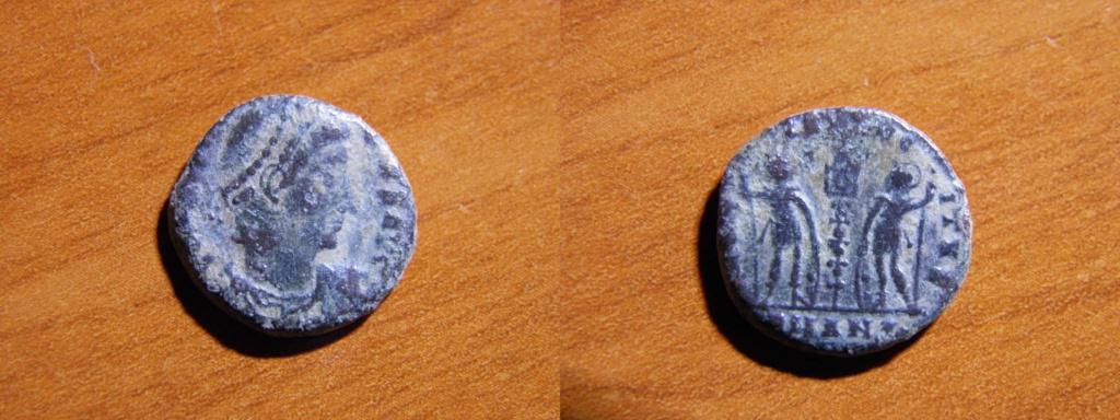 AE4 de Constante I o Constancio II. GLORIA EXERCITVS. Soldados entre 1 estandarte. Antioquía  P4200210