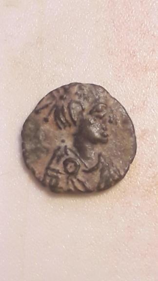 AE3 recortado o cuño bárbaro de Arcadio u Honorio. VIRTVS EXERCITI. Victoria coronando a emperador 20191213
