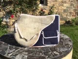 Cherche tapis à poches en mouton, forme dressage Img_1610