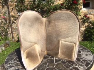 Cherche tapis à poches en mouton, forme dressage Img_1611