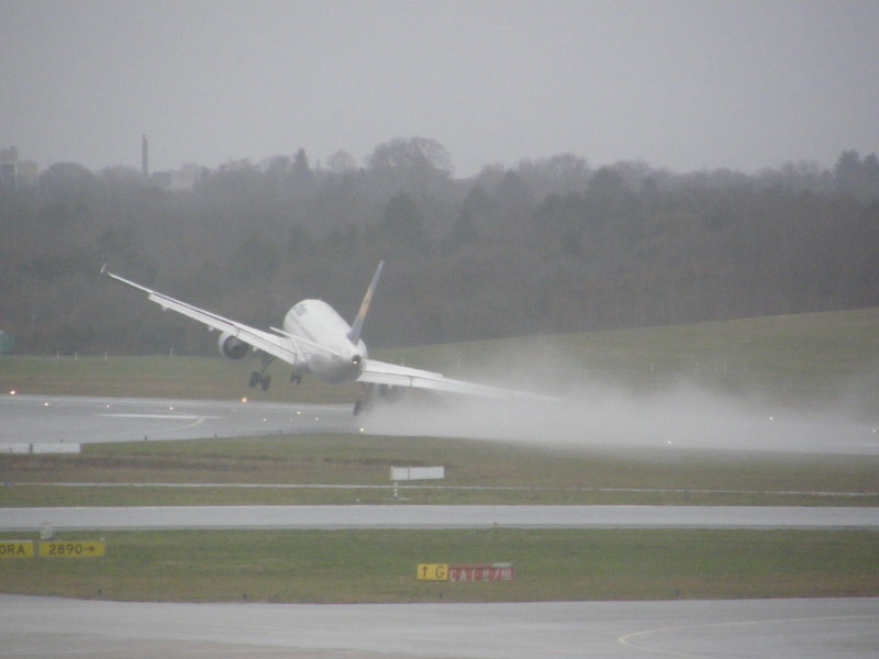 1st March 2008 - A320 nearly crashed during crosswind approa Ham_211