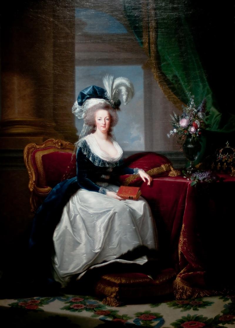 Marie-Antoinette au livre en robe bleue Portra11