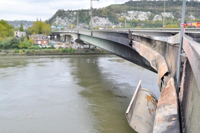 Rouen : un camion-citerne plein de carburant en feu sur le pont Mathilde F610