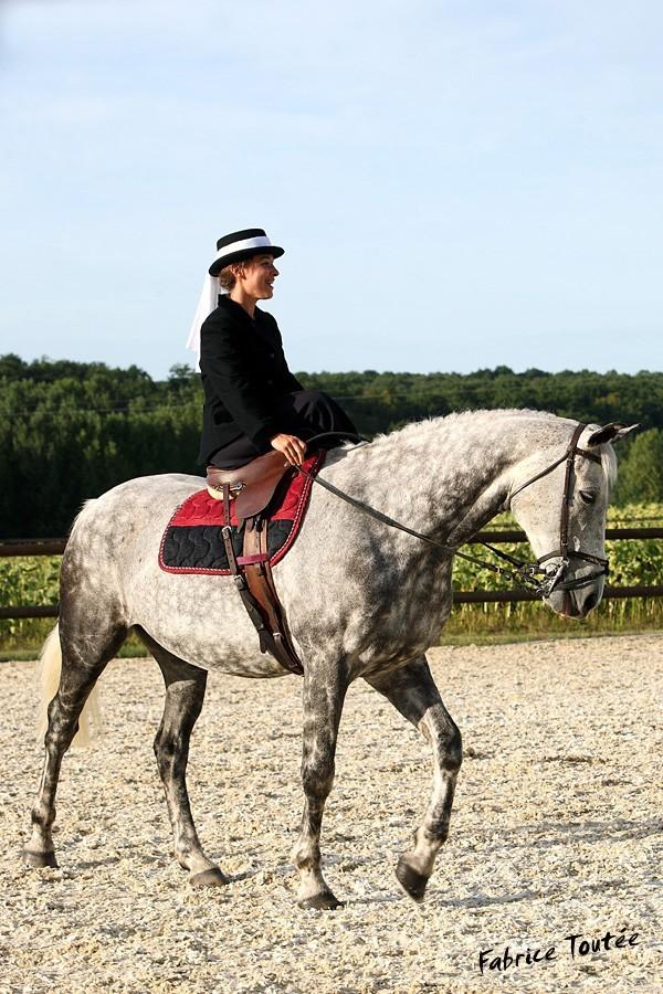 Une cavalière pratiquant, entre autres, l'équitation en amazone Aquita11