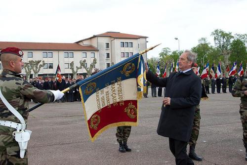 la fourragère aux couleurs du ruban de la Croix de la Valeur militaire a été attribuée collectivement au 17e régiment du génie parachutiste (17e RGP) de Montauban 2012_014