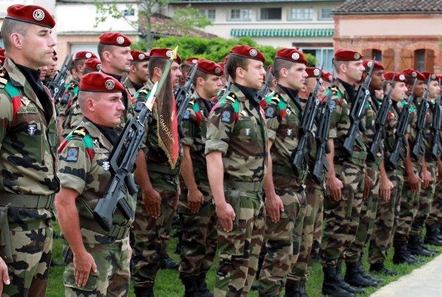 Une fois n'est pas coutume… Les soldats du 17e RGP ont investi hier soir la place de Montbeton 2012_016