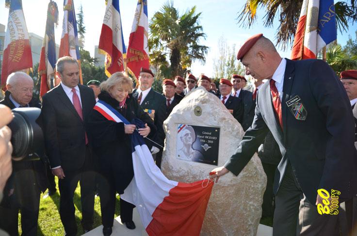 Le général Piquemal dévoile une plaque en hommage au général Bigeard VANDALISEE un mois après Bigear11