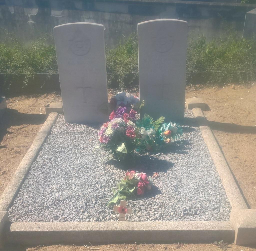 Sépultures de deux aviateurs canadiens tués le 25 juillet 1944 - Rialeg Wp_20688