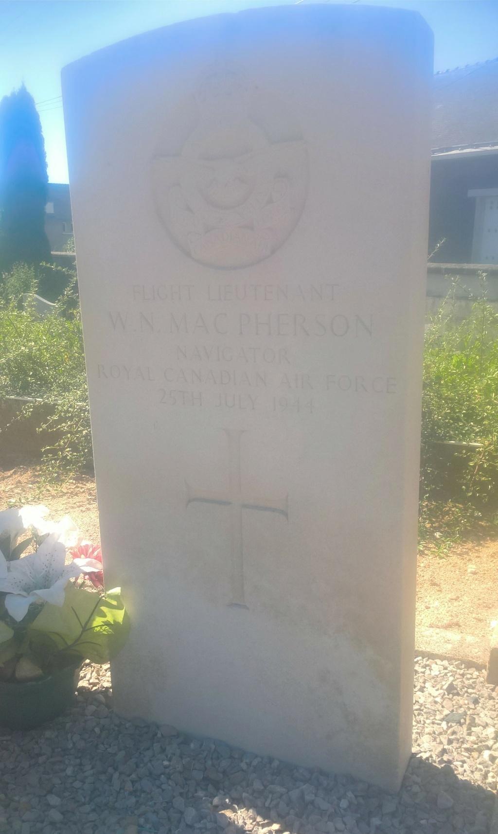 Sépultures de deux aviateurs canadiens tués le 25 juillet 1944 - Rialeg Wp_20689