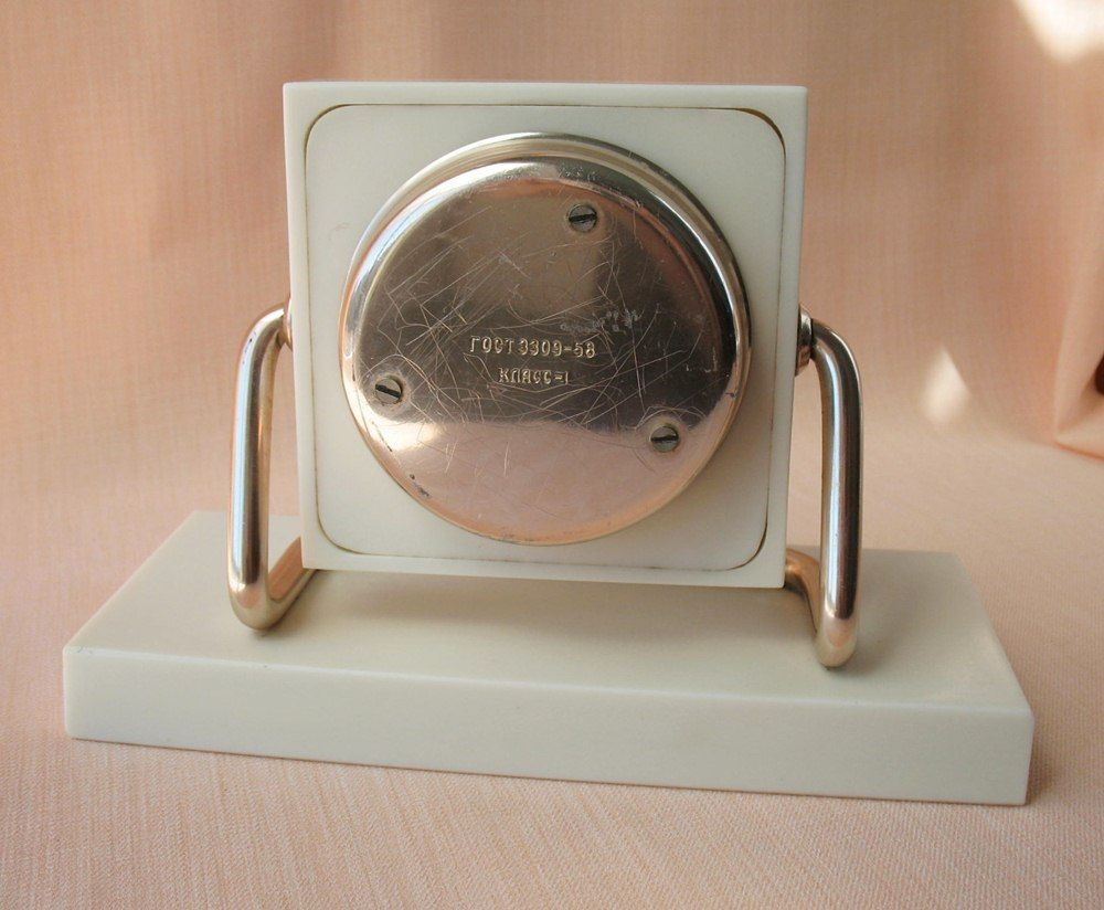 "Horloge de table ""Tank"" de Molnija D11"