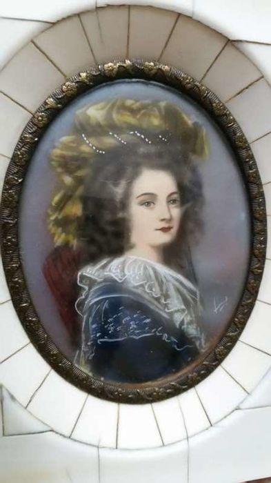 Le premier portrait de Marie Antoinette peint par Vigée Lebrun? - Page 3 95d80110
