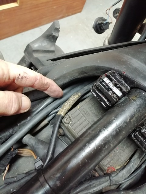 Clutch cable routing  1988 K100 RS B2e01a10