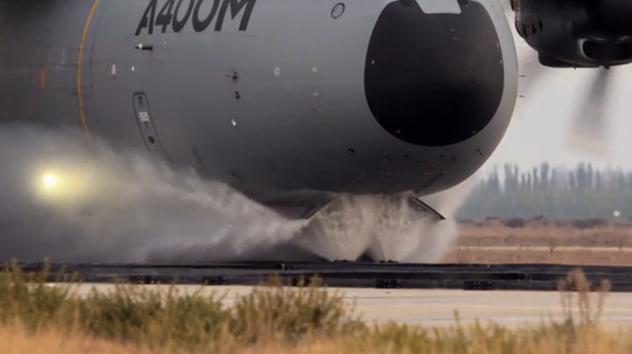 Derniers essais avec roulage sur l'eau de notre petit dernier l'A400M dit Grizzly 2012_035